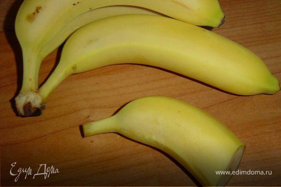 """4. Украсить бананом, у которого расщепить плодоножку на две части, вставив в """"рот"""" ягодку и смастерив плавник из листика ананаса."""