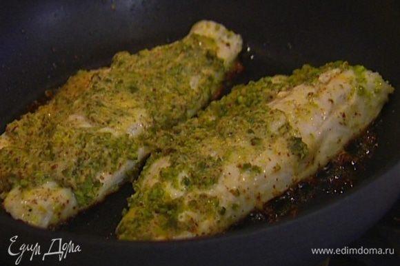 Разогреть в сковороде, которую можно ставить в духовку, оставшееся оливковое масло, выложить рыбу и немного подержать на огне, а затем, не переворачивая, отправить на 10 минут в разогретую духовку.