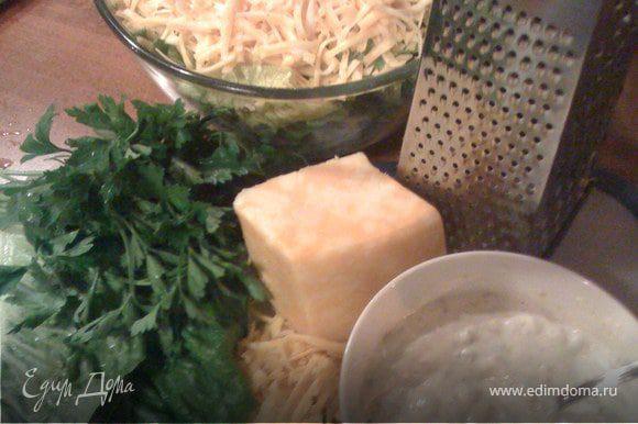 Приготовить соус. в отдельной мисочке смешать майонез, йогурт (сметана), уксус, маринованные огурцы и горчицу.