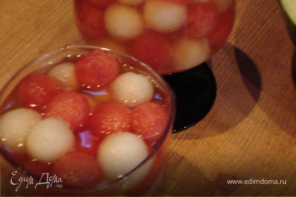 Дынные и арбузные шарики раскладываем по стаканам и заливаем подготовленным желе.
