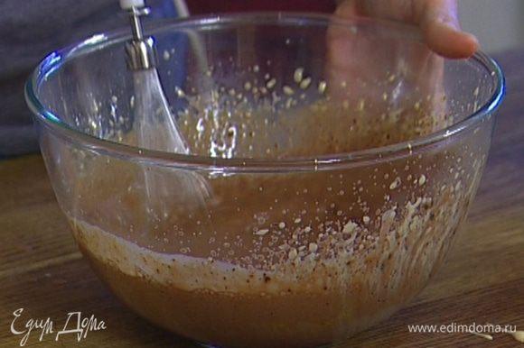 Влить сливки с шоколадом во взбитые желтки и еще раз слегка взбить все венчиком.