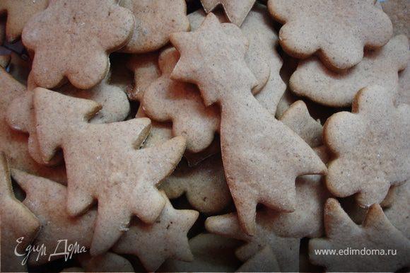 Противень накрыть листом пергамента, сбрызнуть водой, выложить печенье и отправить в духовку минут на 6-8. Важно не пересушить! Не ждите, когда печенье подрумянится, иначе оно будет слишком сухим.