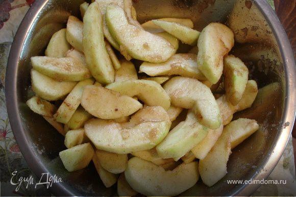 Яблоки очистить от кожуры и семян, нарезать тонкими дольками. Добавить мускатный орех, корицу, мед и 1 ст.л. сахара. Перемешать и оставить.