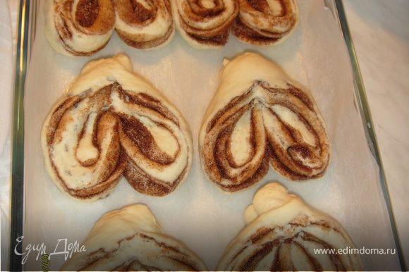 Готовый пирог выложить на деревянную доску и накрыть полотенцем до полного остывания.