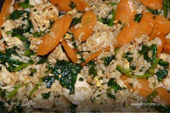 Влить соевый соус и посыпать кокосом (мне больше нравится) или кунжутом. Потушить пару минут.