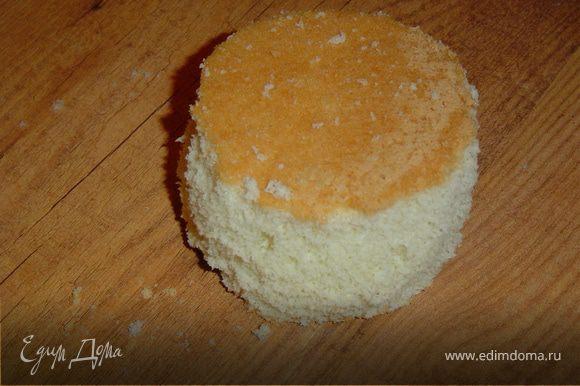 Готовим крем из масла и сгущенки, взбивая их до образования пышной массы.Я испекла больше бисквита и из излишков сделала украшение. Для этого вырезаем круг из бисквита и часть бисквита измельчаем. Измельченный бисквит соединяем с кремом и выкладываем на бисквитный круг, формируя шарик.И отправляем в холодильник для застывания.