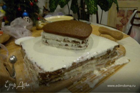 Собираем торт чередуя коржи с кремом (поливаем)
