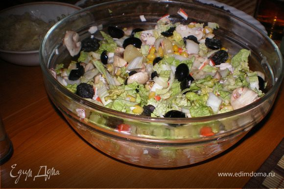 Порезать все ингредиенты как вам нравится (шампиньоны сырые).заправка может быть и оливковое масло и майонез и соево-горчичная и даже ананасовый йогурт с 1/2 лайма.