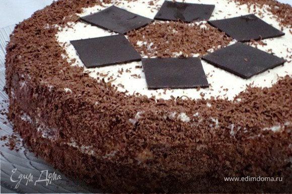 15. На верхний корж и на бока нанести сливочный крем. Натереть шоколад и украсить торт.
