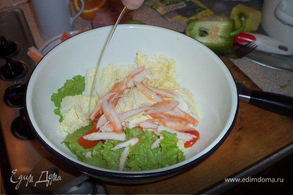 Нарезать палочки с мясом краба и вместе с помидорами ввести в салат, заправив оливковым маслом, солью и перцем по вкусу