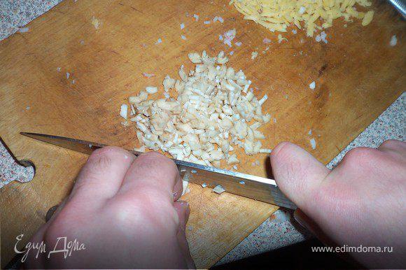 Для начинки натереть сыр, мелко нарезать палочки с мясом краба