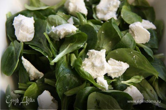 2. Добавляем в листья салата небольшими кусочками сыр.