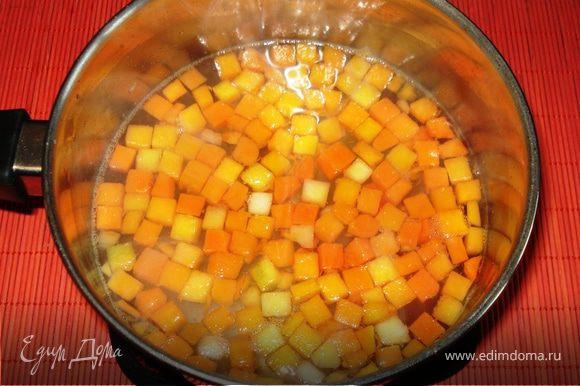 В слегка подсоленой воде 5 минут варить кусочки тыквы (свежая или мороженная). Добавить сахар по вкусу.