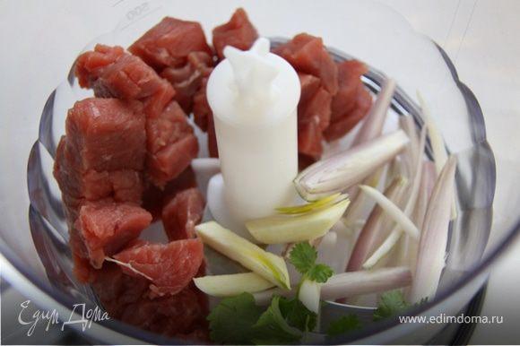 Режем мясо, лук, чеснок, зелень и отправляем в кухонный комбайн или в мясорубку.