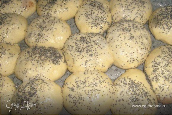 Из теста формируем круглые пирожки с любимой начинкой. Оставляем отдыхать на 10 минут на смазанной маслом форме (тесто на сыворотке поднимается быстрее, чем на молоке или воде). Белок взбиваем вилкой, смазываем пирожки , посыпаем маком или кунжутом. Выпекаем на среднем огне. Благодаря белку корочка на пирожках получается хрустящей.