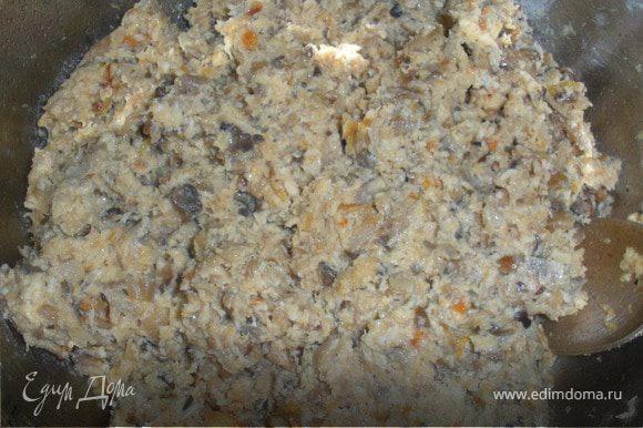 Лук,морковка и грибочки режем на не мелкие кусочки,и жарим на под.масле.Также поступаем с мясом(обжариваем на под.масле).Немного присолить и поперчить.Когда и грибы,и мясо будут готовы,перемалываем все на мясорубке.Добавляем в готовый фарш майонез,перемешиваем.