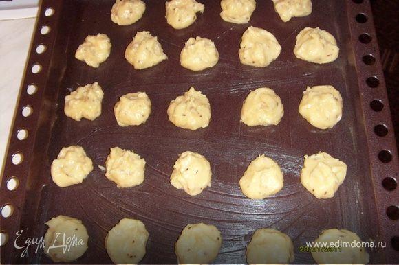 На смазанный жиром протвинь выложить тесто шариками. Можно из корнетика, можно просто, смоченной в холодной воде, чайной ложкой.