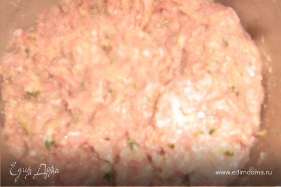 Добавить соль и перец, вбить 1 яйцо, добавить манку. Все тщательно перемешать, фарш должен получиться нежным, но не жидким.