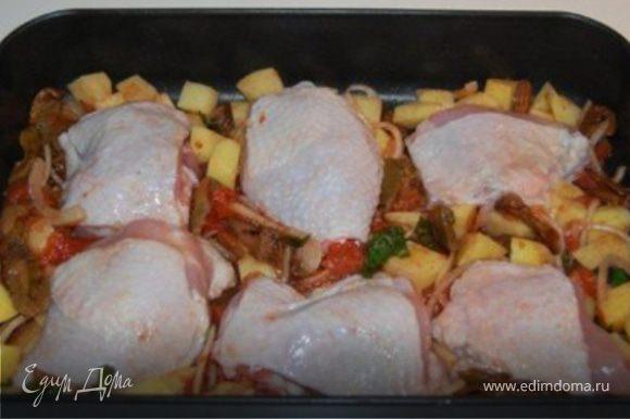 Сверху положить куриные бедрышки и отправить в предварительно разогретую до 200*С духовку на час. на дно положить емкость с водой. Через полчаса мясо перевернуть на другую сторону и залить все красным вином.