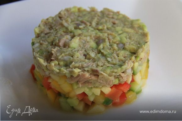 4. Выкладываем на тарелку, как нам нравится. Я люблю сервировать салаты через формочки (как на фото).