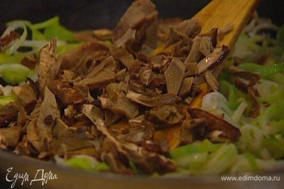 Грибы мелко нарезать и отправить в сковороду к луку и чесноку.