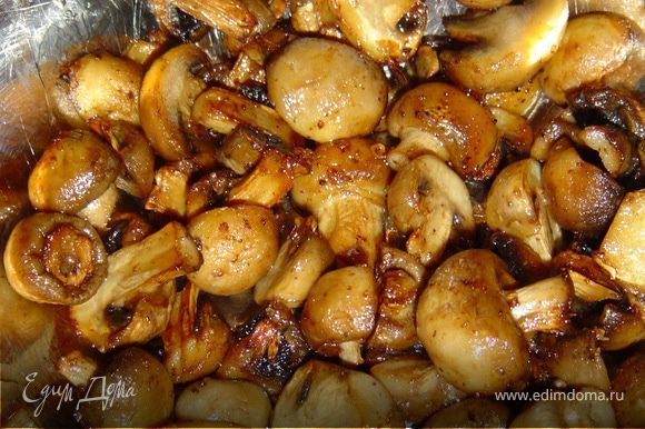 Грибы нарезаем половинками и обжариваем на растительном масле.