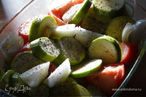 В огнеупорную посуду сложить порезаный кабачок, помидор, чеснок, сбрызнуть маслом и приправить. Поставить в духовку на 25 мин при 200С.