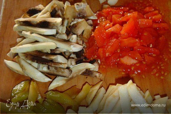 Яблоки и сливы нарезаем кусочками. Сыр натереть на крупной терке.