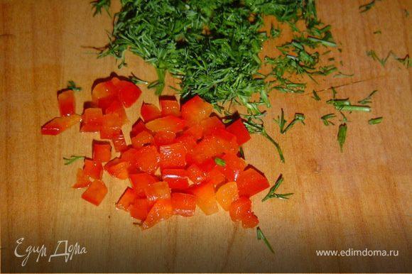Сладкий перец нарезаем мелкими кубиками, измельчаем зелень и чеснок.