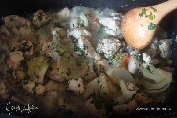 Филе грудки разрезать вдоль и на средние кусочки. (Предварительно можно замариновать в 1 ст. л. тимьяна, 1 ст. л. кориандра, 1 ст. л. имбиря, соль и оливковое масло). Лук нарезаем полукольцами, фенхель восьмушками и пассируем на оливковом масле. Выкладываем филе курицы, засыпаем петрушкой и заливаем стаканом воды. Тушить 20 минут.