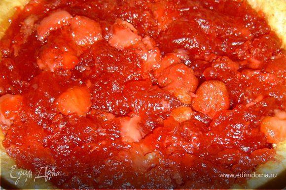 Вынуть форму из духовки, выложить в середину пирога клубничную начинку,