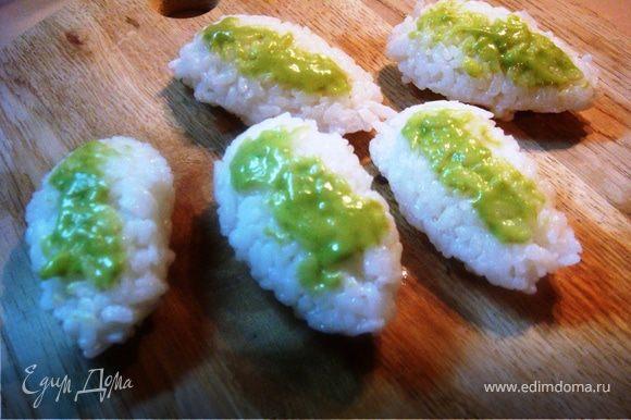 """каждую """"лодочку"""" смазать соусом васаби, способ его приготовления выложила в предыдущем своем рецепте суши,"""