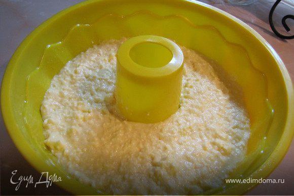 Сверху выкладываем тесто для запеканки