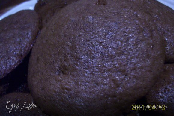 Яйца взбить с сахаром, добавить разрыхлитель, муку и какао. Противень смазать раст. маслом, выложить тесто небольшими лепешками (размером с оладушек). Выпекать при температуре 220С 10-15 минут.