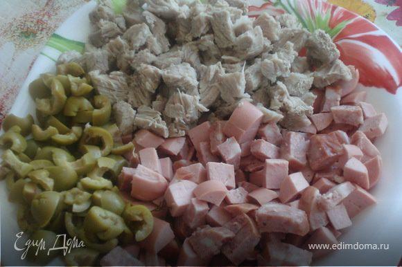 Когда картофель сварится надо размять его толкушкой в бульоне. Затем засыпаем уже приготовленную нами поджарку, а также порезанные: колбасу, сосиски, оливки и добавим 3 ст.ложки рассола из оливок. Специи добавляем по вкусу.