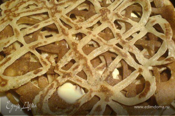...При выпекании их,как и обычные блины складывать друг на друга и промазывать слив.маслом.