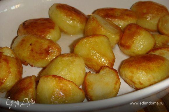 Картошку почистить, полить растительным маслом и поставить в духовку при температуре 200 С на 30-40 мин, периодически переворачивая, в конце присыпать крупной солью.
