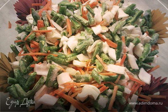 Подготовить овощи: к фасоли добавить натертую морковь, измельченный лук и капусту, посолить. Сложить в рукав для запекания.