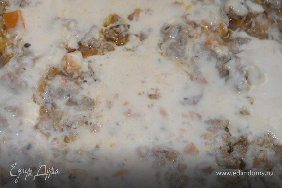 В форму для запекания выложить слоями макаронное тесто (если тесто делаете сами, то расскатывайто как можно тоньше, если тесто из упаковки, то незабудьте предварительно слегка его сварить)мясное рагу, соус бешамель и натертый сыр, так пока не кончаться ингридиенты. У меня обычно получается на 3 слоя теста.