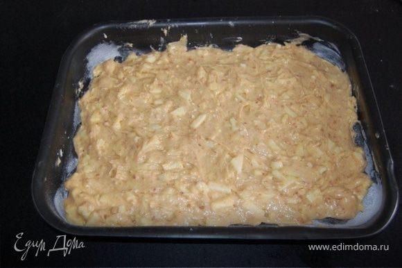 Выложить в смазанную маслом форму (30х40см).