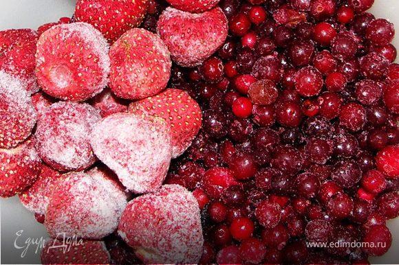 Поставить на 2-3 часа в тёплое место.Ягоды разморозить.Размять вилкой так,чтобы остались целые ягодки.Добавить сахар.