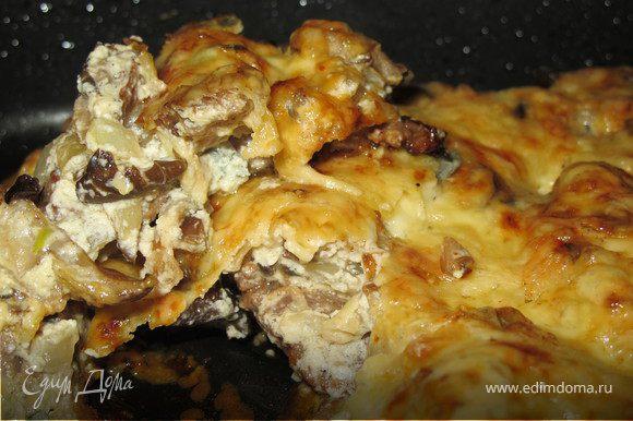 В жаропрочную форму выложить говядину, сверху грибы со сливками, посыпать сыром и запекать 15 минут при температуре 200 гр.