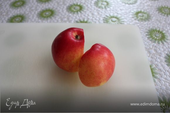 Отрежем нижнюю половину яблока, без сердцевины.