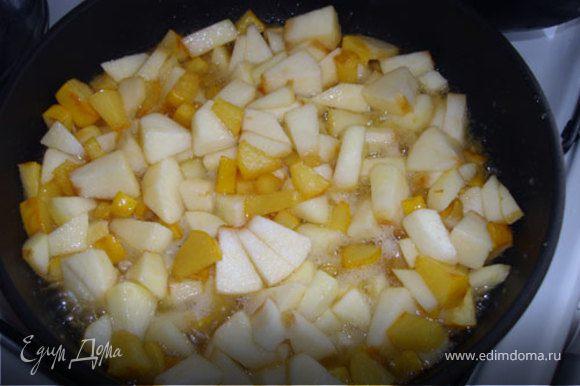 Нарежем и отправим к айве яблоки (без кожицы! у яблок она останется жесткой и в начинке будет неприятна).