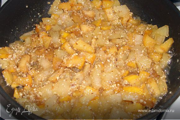 Перемешиваем их с фруктами на сковородке. Выключаем нагрев. Закрываем крышкой. Оставляем остывать.