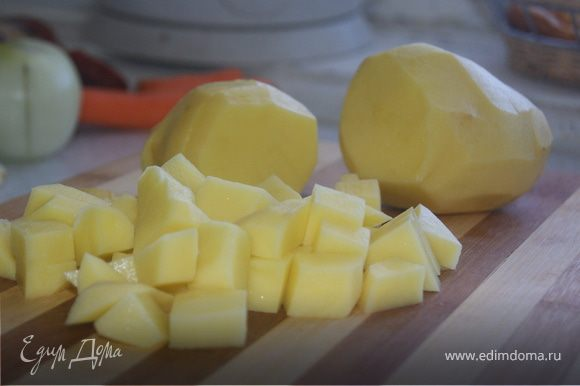 Реже картофель кубиками, и отправляем в кастрюлю, варим пока картофель не уменьшиться в размере, пока не развариться.