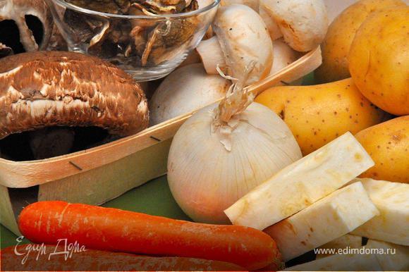 Вскипятить 3 литра воды в кастрюле для супа. Добавить соль, перец и измельченный розмарин. Нарубить кубиками картофель, корень сельдерея и одну морковку. Выложить овощи в кастрюлю. Убавить огонь до среднего и продолжать варить овощи.