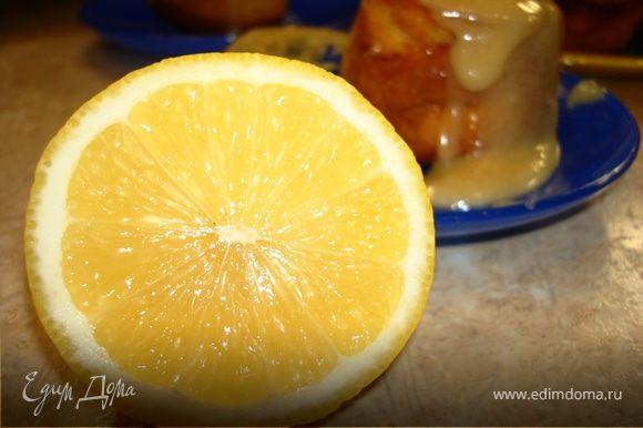 Взбить яйца с сахаром, плюс размягченное сливочное масло или маргарин, творог (лучше обезжиренный), молоко и цедру половины лимона. Перемешиваем. Добавить муку, просеянную с разрыхлителем и солью. Еще раз хорошо перемешать и пускай тесто постоит, пока мы занимаемся карамелью.