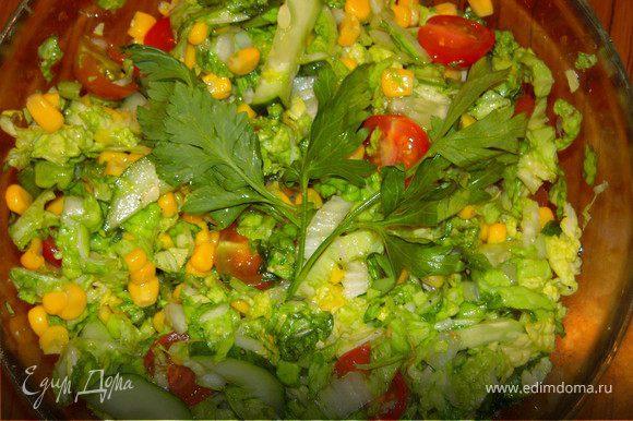 Пока жарятся наши оладушки-шницели делаем салатик. В этот раз я взяла пол-кочана пекинской капусты (капусту можно порезать заранее, немного присолить и помять, чтобы стала сочной), банку консервированной кукурузы, помидоры, огурец, зелень, листья салата. Все ингредиенты смешиваем в миске, солим-перчим по вкусу, заправляем ароматным подсолнечным маслом. Вместо соли можно использовать соевый соус.