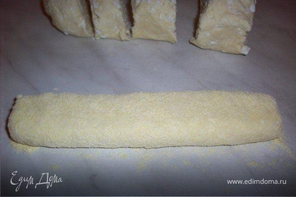 Для вареников колбаску раскатать тонкую, запанировать ее в муке и нарезать на небольшие кусочки.